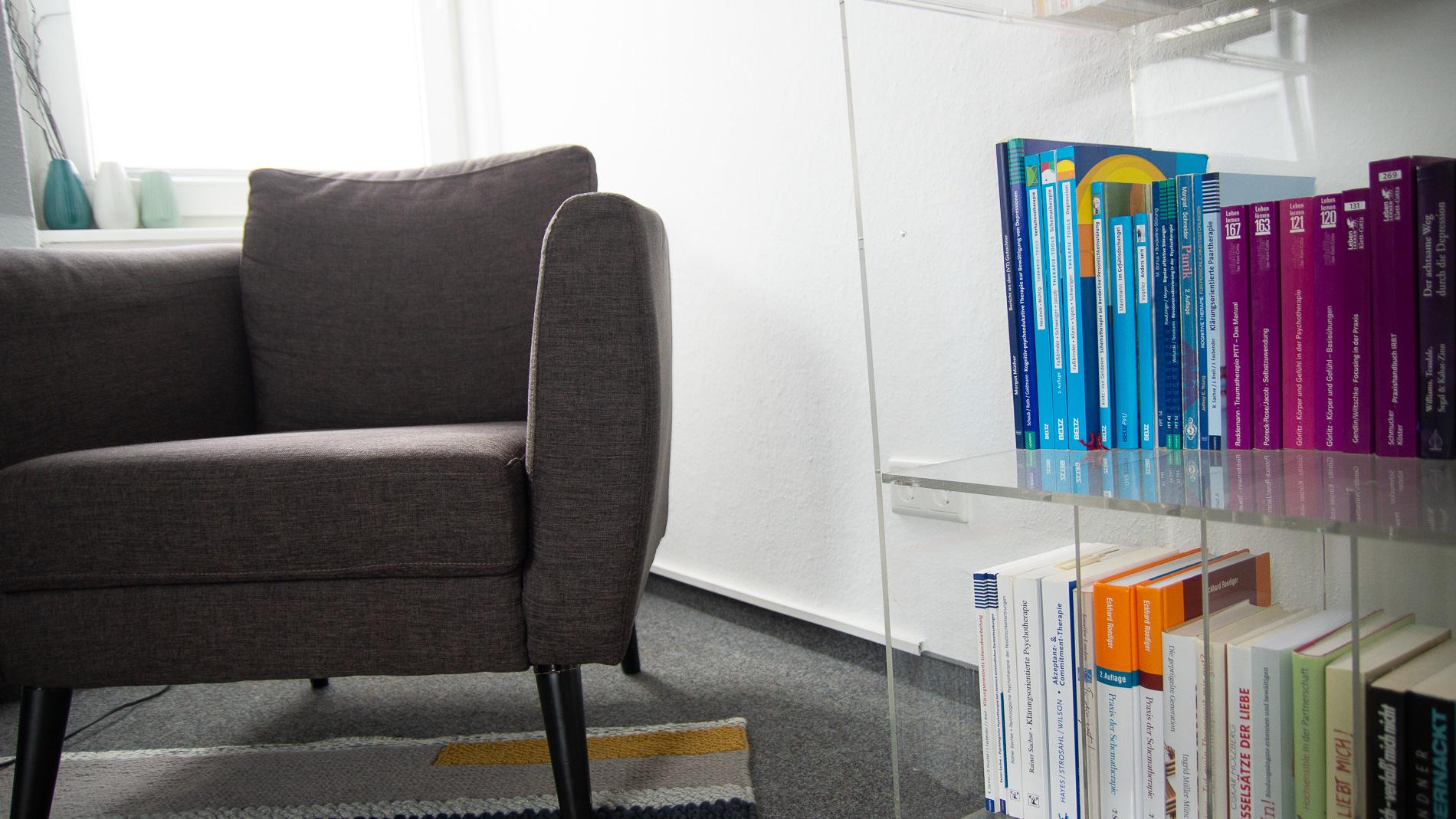 Sessel und Bücherregal
